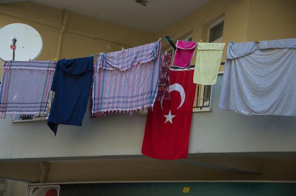 Fahnenschmuck auf einem Balkon in Manavgat, Türkei