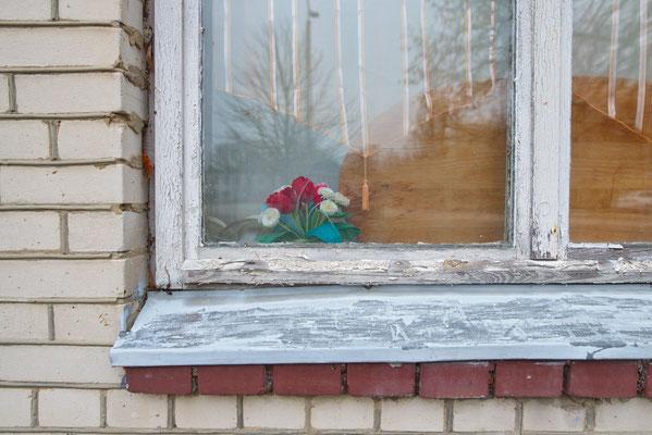 Fensterschmuck in ehemaliger sowjetischer Kaserne in Glau, Teltow-Fläming