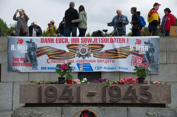 Im Treptower Park: Transparent westdeutscher DDR-Fans zum Jahrestag der Befreiung