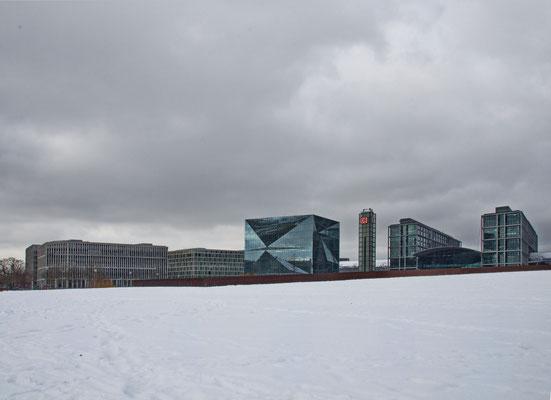 Spreebogenpark in Weiß, im Hintergrund der Washingtonplatz