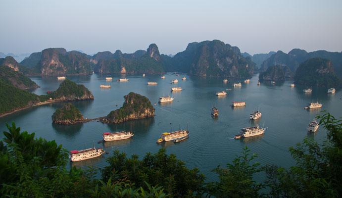 Touristenschiffe in der Halong-Bucht, Vietnam