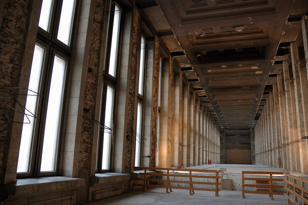 Über der Abfertigungshalle des ehemaligen Flughafens Tempelhof