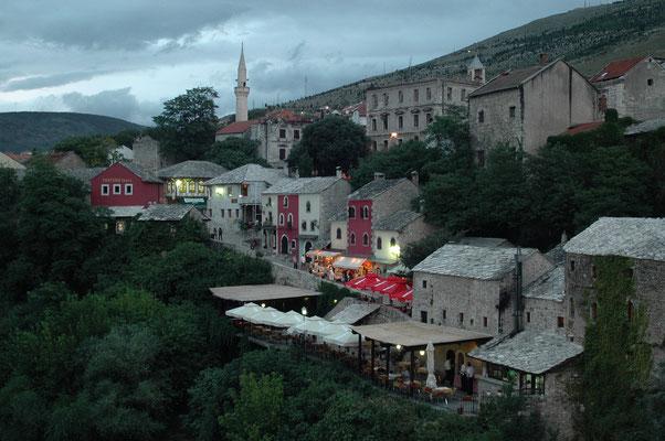 Blick von der berühmten Alten Brücke auf Mostar, Bosnien-Herzegowina
