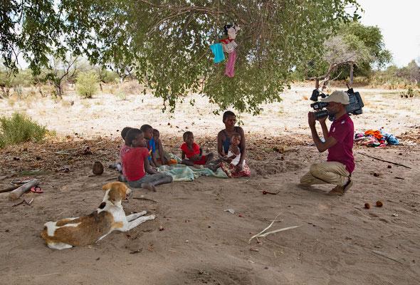 Ein Kameramann des Fernsehens filmt Armut in der Provinz Gaza, Mosambik