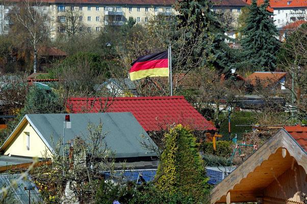Kleingarten mit Fahnenschmuck in Schöneberg