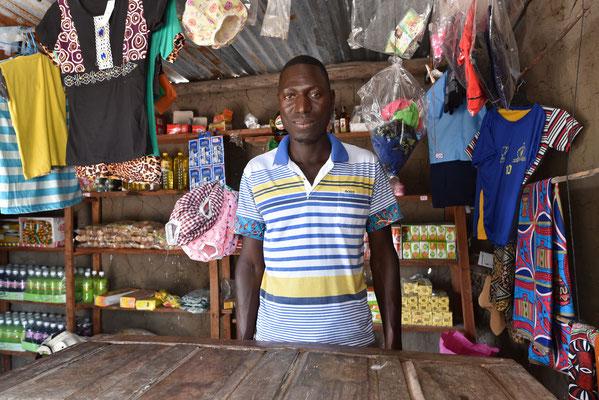 Verkäufer in einem Dorfladen, Mosambik