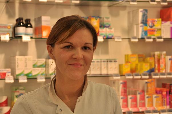 Veronique Maertens, apotheker titularis, afgestudeerd in 1999. Aanwezig: ieder dag, behalve de woensdagnamiddag.