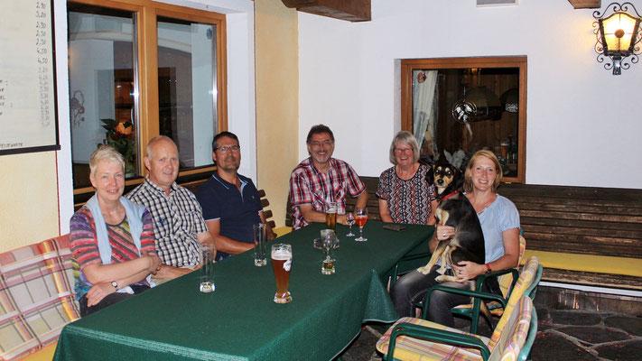 """Unsere gemütlichen Tischnachbarn aus Wiesbaden und Köln mit """"Sir Henry"""". Durch die lustigen Abendstunden auf der Terrasse ist unsere Lebenserwartung gestiegen!"""