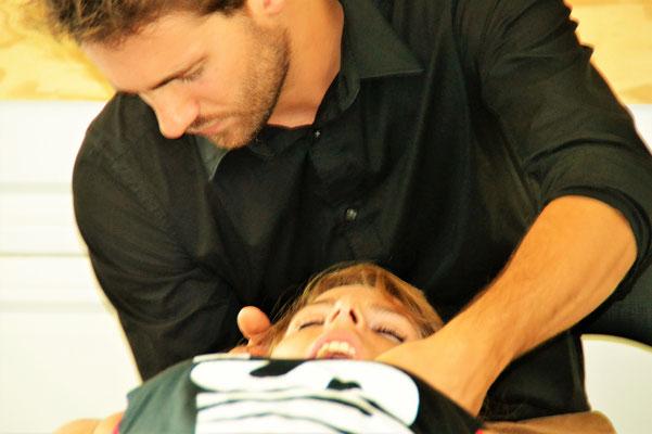 Travail sur l'articulation temporo-mandibulaire.