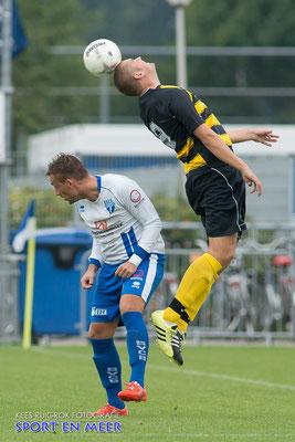 Nik de Bil laat een speler van Lombardijen de bal verwerken
