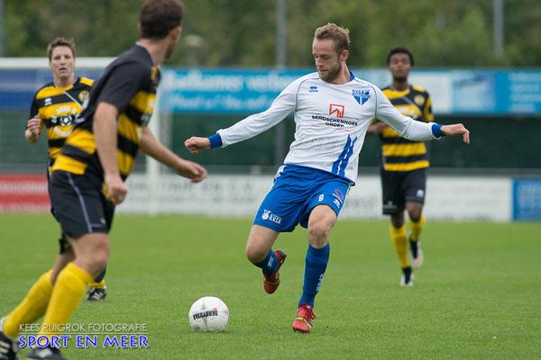 Guido van der Zee schiet de bal richting de aanval