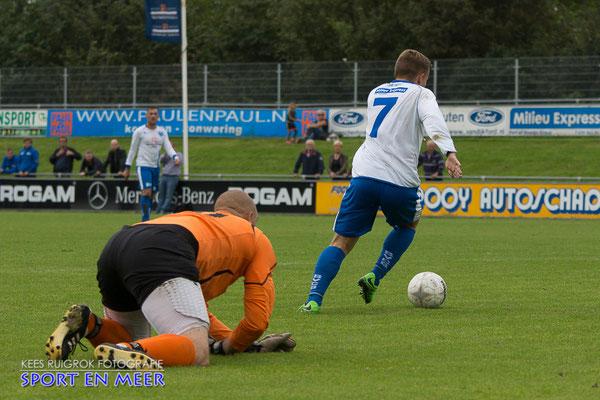 Faybian Hertsein omzeilt de keeper van Lombardijen en is op weg naar zijn eerste doelpunt deze wedstrijd