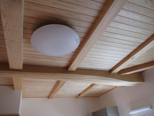 柱:桧 小屋組:松の丸太  壁:クロス 天井:杉無垢板