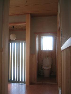 外壁:ガルバリウム鋼板 柱:桧 小屋組:松の丸太  床:杉無垢フローリング 壁:クロス 天井:クロス 屋根:ガルバりウム鋼板