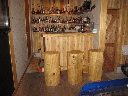 木のホームバー。丸太の椅子。