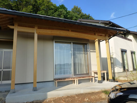 外壁:サイディング 柱:桧 小屋組:松の丸太  屋根:平板瓦