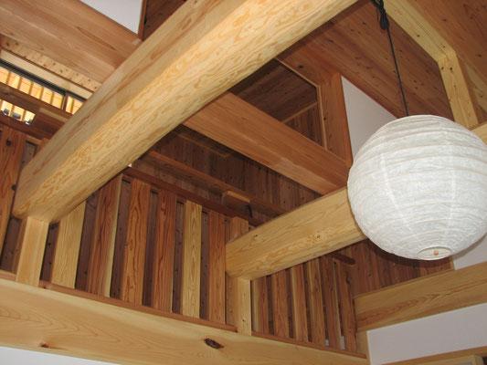 外壁:サイディング 柱:桧 小屋組:松の丸太  床:杉無垢フローリング 壁:クロス 天井:杉無垢板 屋根:日本瓦
