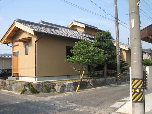 外壁:サイディング 柱:桧 小屋組:松の丸太  床:桜無垢フローリング 壁:珪藻土 天井:杉無垢板 屋根:日本瓦