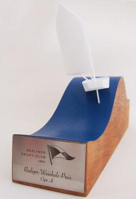 Berliner Yacht Club: Holzwelle mit 3D gedruckter Kunststofffigur