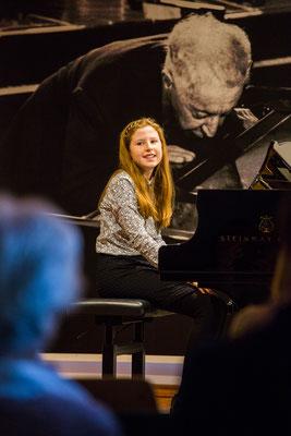 Klavierschülerin beim Schülerkonzert im Rubinstein-Saal, Steinway-Haus München, Dezember 2017 ©Eugene Nakamura