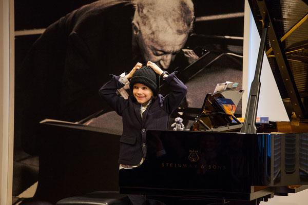 Klavierschüler beim Schülerkonzert unserer Musikschule im Dezember 2017 ©Eugene Nakamura