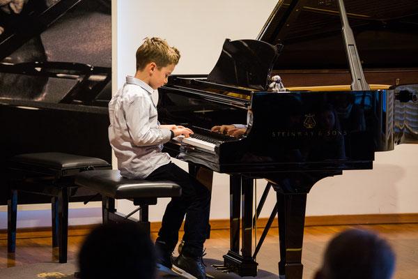 Klavierschüler bei Weihnachtsvorspiel der Klavierschule München 2017 ©Eugene Nakamura