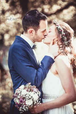 Kussfoto vom Brautpaar am Tag der Hochzeit