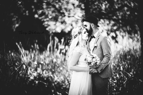 Verlobungsshooting eines jungen Paars mit starker Bearbeitung im Grünen
