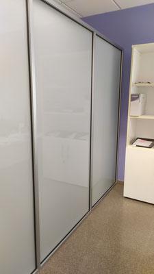 Mampara de oficina de cristal mate de seguridad y perfilería plata 3