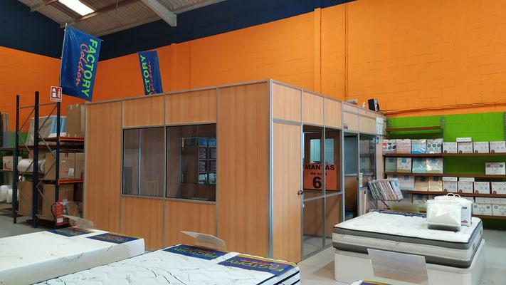 Mampara de oficina con perfilería plata y panel madera 2