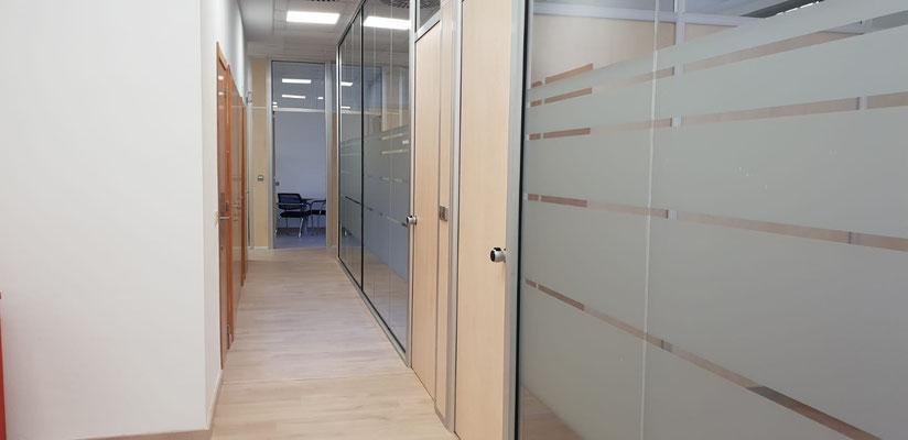 División de oficinas, cristal de suelo al techo, puertas de madera