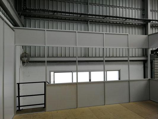 Mampara de oficina de dos alturas, techo desmontable y suelo laminado 3