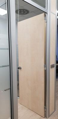 Detalle de la puerta y el pomo, mampara de oficina de cristal