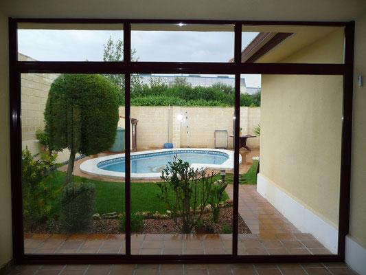 Cerramiento de aluminio vista hacia la piscina.
