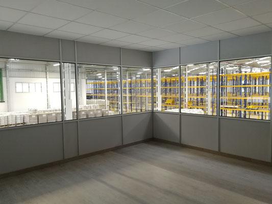 Mampara de oficina de dos alturas, techo desmontable y suelo laminado 17