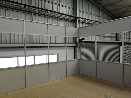 Mampara de oficina de dos alturas, techo desmontable y suelo laminado 4