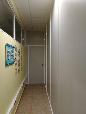 Mampara de oficina monopanel gris y blanca 1