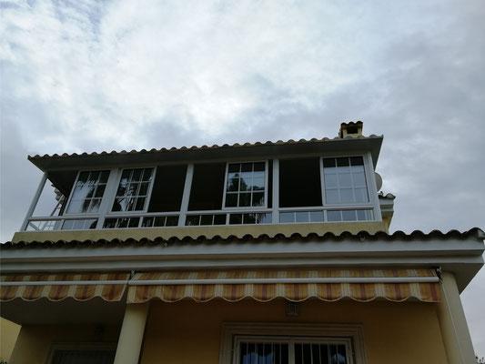 Cerramiento de terraza, ventanas abiertas.