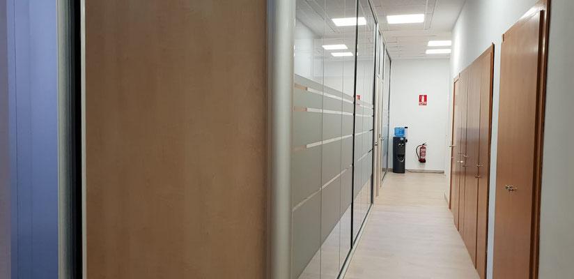 Mampara de oficina de cristal suelo a techo