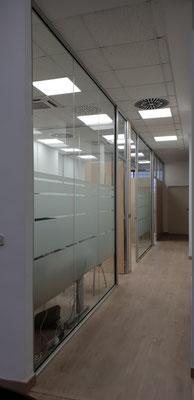 Mamparas de oficina con vinilos mate