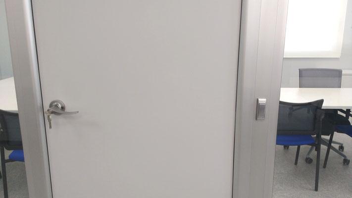 Detalle interruptor sobre perfilería