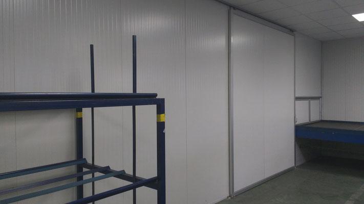 Division y puerta con panel sandwich
