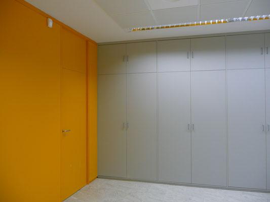 Tabique armario y forro de pared amarillo y gris