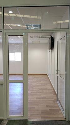 Cerramiento con mampara ciega y puerta de aluminio