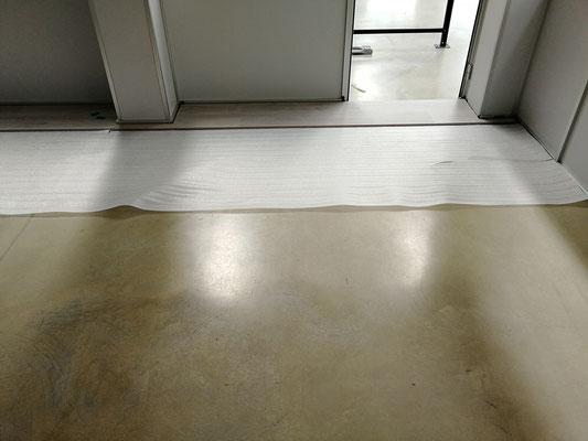 Mampara de oficina de dos alturas, techo desmontable y suelo laminado 8