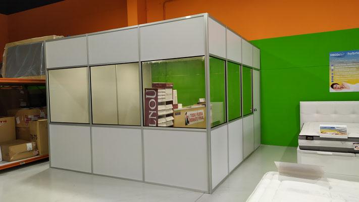 Mampara de oficina monopanel, división madera, cristal y madera.