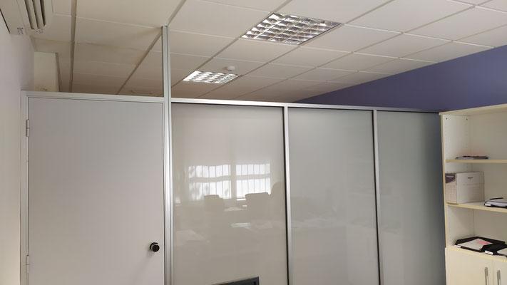 Mampara de oficina de cristal mate de seguridad y perfilería plata