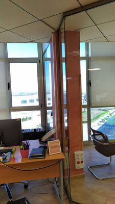 Despacho y sala de reunión con mampara de oficina de cristal 4