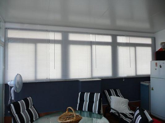 Venecianas y ventanas correderas de aluminio.
