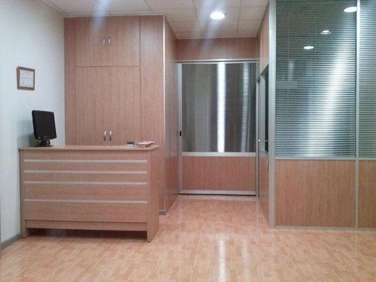 Mampara de oficina doble panel y mostrador